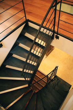 Escalier double quart tournant balancé en tôle brute huilée, dessiné et fabriqué par Un.steel