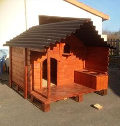 pallet dog house made with pallet wood and 2x4 s and plywood