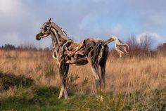 Kunstenares Heather Jansch maakt levensgrote paarden van drijfhout.