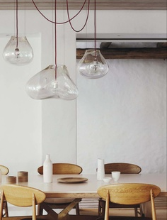Lovely #natural style: Takahashi Asako dining chairs and hand-blown glass by Fontana Arte