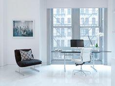 bureau scandinave en verre et métal en style moderne et minimaliste