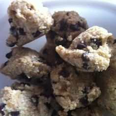 """no bake chocolate chip bites - """"flour"""" made of cashews and oats #glutenfree #healthy #recipes"""