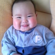 Tomo likes his mother so much. he always smiles to everybody. all of us would be happy so that our parent look after us! Chubby Babies, Funny Babies, Little Babies, Little Ones, Baby Kids, Cute Asian Babies, Asian Kids, Cute Babies, Cute Baby Pictures