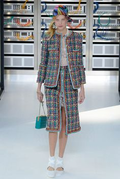 See all the Collection photos from Chanel Spring/Summer 2017 Ready-To-Wear now on British Vogue Fashion Week, High Fashion, Fashion Show, Paris Fashion, Cara Delevingne, Karl Lagerfeld, Kendall, Primavera Chanel, Chanel Spring 2017