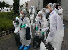 Ookumacho,  Fukushima (Asahi)  一時帰宅が認められ、原発至近の老人ホームから荷物を運び出す人たち(8月26日、福島県大熊町)