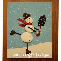 20x25 cm. #tasboyama #paintingrocks #stonepainting #kardanadam #snowman #snow #neige #kar #noel #yilbasihediyesi #yilbasi #çamağacı #paten #kis #soguk #kisiyeozelhediye #dekorasyon #evdekorasyonu #cocukodasidekorasyon #cocuklaricin #herşeyçocuklariçin #satilik