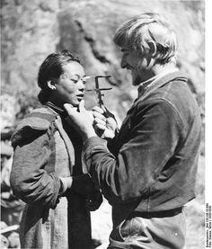 Le SS Hauptsturmfuhrer Bruno Beger effectue les mesures anthropologiques,sur les membres de l'aristocratie,car censé de être les descendance des aryens.1938-39.