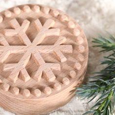 Koekjesstempel 'Snow Flake' gemaakt van gestoomd beukenhout. Cookie stamp made from steamed beech wood
