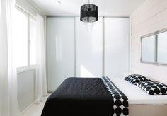 Skandinaavisia selkeitä linjoja, keveyttä ja avaruutta huoneeseen liukuovilla.