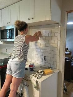 Kitchen Makeover subway tile backsplash step by step tutorial part one, how to, kitchen backsplash, kitchen design - A little bit of effort, and a whole lot of wow! Old Kitchen, Kitchen Redo, Kitchen Tiles, Kitchen Backsplash Diy, Kitchen With Subway Tile, Design Kitchen, Country Kitchen, Kitchen Floor, Kitchen Backslash Ideas