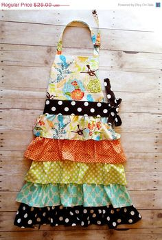 I love this apron. I actually have the fabric on the bib. I need to make this.