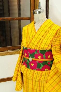 黄色に赤と緑がアクセントになったチェック模様のウールの単着物です。