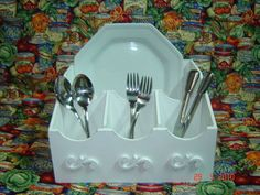 Porta pratos e talheres em MDF, com arabescos, pintado com a tecnica provençal. R$ 65,00
