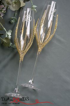 Glass Flutes With Silver Stand Wedding Champagne Glasses-Delicate flutes rest in a silver plated stand. The stand features a heart information with a . Diy Wine Glasses, Decorated Wine Glasses, Painted Wine Glasses, Decorated Liquor Bottles, Wedding Toasting Glasses, Wedding Champagne Flutes, Champagne Glasses, Wine Glass Crafts, Bottle Crafts