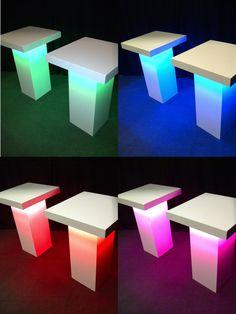 De statafels met LED-verlichting, in elke gewenste kleur vast te zetten. Ook kun je de kleuren laten verspringen. Echte blikvangers!
