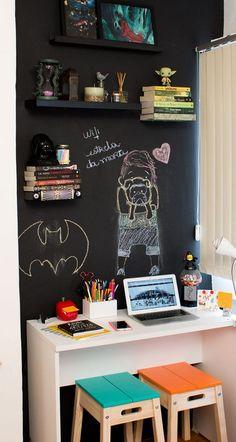 cantinho-preto-diy parede com giz Kids Decor, Diy Room Decor, Bedroom Decor, Boy Room, Kids Room, Workspace Inspiration, Home Office Decor, Home Decor, Decoration