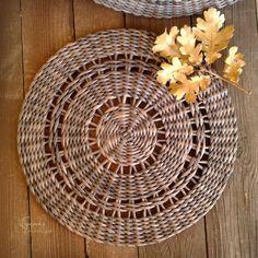 Baskets On Wall, Hanging Baskets, Wicker Baskets, Newspaper Basket, Newspaper Crafts, Paper Furniture, Wicker Furniture, Willow Weaving, Basket Weaving