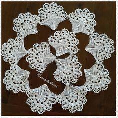 "794 Beğenme, 24 Yorum - Instagram'da @nazokahveci: ""#dantel#lace#handmade#vintage#tığişi#puntocroce #puntedecruz #örgü#moda #elbise #design #home #ev…"" Filet Crochet, Crochet Motif, Crochet Doilies, Crochet Baby, Crochet Flower Patterns, Crochet Designs, Crochet Flowers, Crochet Needles, Snowflake Pattern"