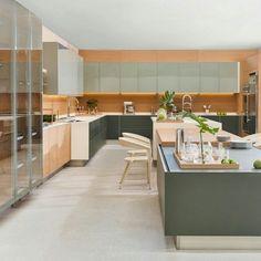A cozinha Tek foi desenhada por Guto Indio da Costa para a @OrnareMoveis. Essa…