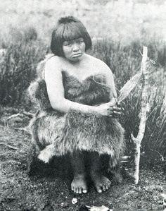 """Mujer alacalufe trenzando un cesto. Fotografía de Martín Gusinde. 1920 aprox. En: """"Los indios de Tierra del Fuego: los Halakwulup"""""""". Martín Gusinde. Editorial C.A.E.A .1986."""