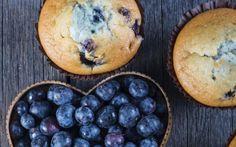 Kennen jullie hem nog? De beruchte skinny blueberry muffin van Starbucks. Ondanks zijn naam, bevat deze Starbucks-muffin toch nog ±300 kcal. Wij stelden een recept samen dat maar ±150 kcal telt. Deze muffins zijn skinny, héél makkelijk om te bereiden én stukken goedkoper dan die van Starbucks. Win-win-win, dus!