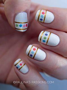 Uñas blancas decoradas con líneas doradas y lunares de colores - Uñas Pasión