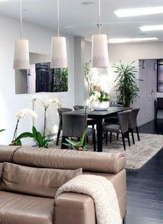 Luminous and flowered living room / Salon et salle à manger lumineux et fleuris   More photos http://petitlien.fr/renovermaison