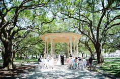 Wedding ceremony in Charleston in White Point Garden at the Battery by Rae of Light Photography | The Pink Bride®️️ www.thepinkbride.com