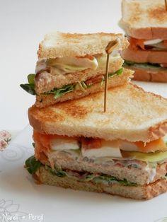 Sándwich de salmón ahumado con mozarella y pepino