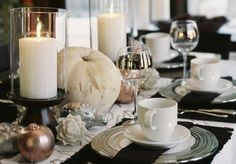 Love this elegant Thanksgiving tablescape- whites, silvers & bronzes contrasting the dark blacks/browns
