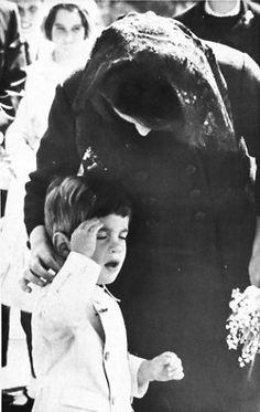 Jackie  indica a su hijo John que haga el saludo militar ante la tumba de su padre JFK en Arlington, 1964.