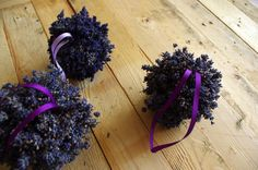 Levandulové koule - Jako základ na tuto levandulovou dekoraci jsme použili polystyrenové koule. Na ně jsme pomocí tavné pistole přilepovali malé svazečky květů levandule. ( DIY, Hobby, Crafts, Homemade, Handmade, Creative, Ideas)