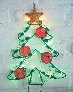 O enfeite natalino para áreas externas tem formato de árvore de Natal, iluminado com micro-lâmpadas. O produto é vendido por R$ 19,99, nas Lojas Americanas