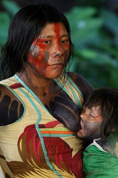 Kayapó Indian - Mother and child -Brasil - Giordanna Bruno. We Are The World, People Around The World, Wonders Of The World, Xingu, Tribal People, Mothers Love, Mother And Child, World Cultures, Brazil
