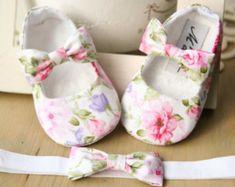 Zapatos de bebé blanco de Satén con arcos por MartBabyAccessories