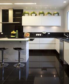 Cozinha preto&branco projeto Christina Hamoui #assimeugosto #cozinha #kitchen