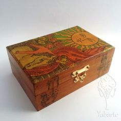 Caixa de baralho decorada com tema da carta O Sol do Tarot Waite para você guardar o seu deck favorito de uma maneira personalizada. Forrada com tecido para conservar melhor as lâminas.