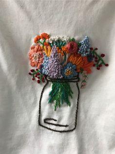 Blumenstickerei auf T-Shirt … – Stickerei Embroidery Art, Cross Stitch Embroidery, Embroidery Patterns, T Shirt Embroidery, Eyeliner Embroidery, Simple Embroidery, Broderie Anglaise Fabric, Diy Broderie, Bordado Floral