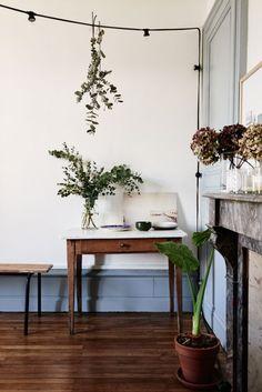 Magnifique ambiance Kinfolk dans ce salon / eucaliptus / fleurs séchées. home-tour-vintage-kinfolk-fleurs-mademoiselle-claudine