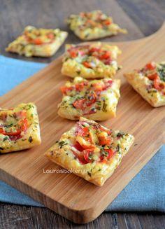 Supersnel mini-pizza Kleine vierkantjes bladerdeeg bestrijken met tomaat, besprenkelen met kaas en kruiden. Uit de oven