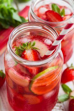 Une photo d'un verre de limonade fruitée maison à base de pommes, fraises, citron