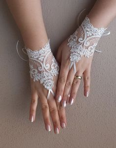 ivory wedding glove ivory silver embroidered lace by ByVIVIENN Wedding Gloves, Wedding Veils, Wedding Dresses, Hand Accessories, Bridal Accessories, Henna Tattoo Hand, Bride Garter, Tie Dye Crafts, Lace Gloves