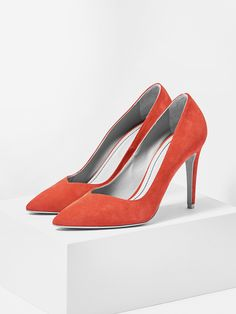 aeyde collection n02 NINA - Sleek, streamlined pump made from finest Italian suede leather in beautiful cali red. The 9 cm heel adds a hint of sex appeal and makes this classic ideal for endless outfit upgrade options.