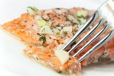 Una receta fácil y práctica para cocinar el pescado de una manera diferente, se utilizan dos ingredientes que complementan de la mejor manera con el salmón estos son el limón y el eneldo. Ingredientes: • 4 filetes de salmón • 1 ramito de eneldo • Ralladura de 1 limón • 2 cdta. de mostaza • 1 cdta. de granos de mostaza • Jugo de 1 limón • ½.