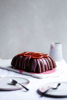 This dark chocolate loaf cake is drizzled with a gorgeous candy-coloured blood orange glaze and topped with syrupy slices of candied blood orange. Almond Recipes, Baking Recipes, Cake Recipes, Chocolate Orange, Chocolate Cake, Sorbet, Cake Icing, Gluten Free Chocolate, Blood Orange