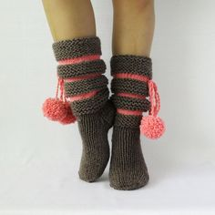 Knitted Boots Booties For Her Slippers for Women likes in gray and pink by Dikla Dagai on Etsy Crochet Boots, Knit Boots, Knit Crochet, Knitting Socks, Knitting Needles, Hand Knitting, Crochet Poncho Patterns, Knitting Patterns, Lace Boot Socks