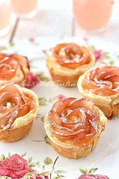 Apfelrosen The puff pastry apple roses look great and taste very good. The dessert is very easy to prepare, goes fast … Baking Recipes, Cake Recipes, Dessert Recipes, Juice Recipes, Cute Baking, Apple Roses, Puff Pastry Recipes, Food Cakes, Sweet Recipes