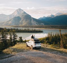 Life on the road.. The good thing about sleeping in a tent is that it forces an early wake up. That morning we got up just after sunrise and drove the @landroverusa on this bumpy forest road to try to find a view over the Athabasca River.. Mission accomplished