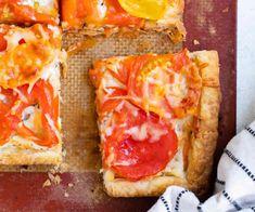 Tarte aux tomates et fromage, une pizza facile pour le weekend , faites ce délice facilement avec cette recette. Hawaiian Pizza, Vegetable Pizza, Vegetables, Food, Tomato And Cheese, Tomatoes, Vegetable Recipes, Eten, Veggie Food
