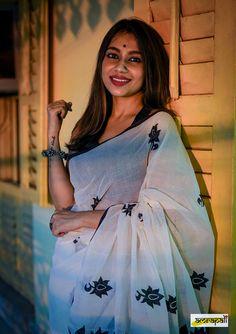 Dress Indian Style, Indian Fashion Dresses, Indian Outfits, Lace Saree, Cotton Saree, Saree Blouse Designs, Blouse Styles, Saree Wearing Styles, Saree Jewellery
